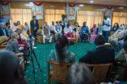 """Участники программы """"Юные лидеры"""" Института мира США из 13 стран по очереди рассказывают о себе в начале встречи с Его Святейшеством Далай-ламой в его резиденции. Дхарамсала, Индия. 3 мая 2016 г. Фото: Тензин Чойджор (офис ЕСДЛ)"""