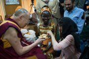 Во время перерыва на чай Его Святейшество Далай-лама угощает печеньем участниц встречи из Нигерии и Афганистана. Дхарамсала, Индия. 3 мая 2016 г. Фото: Тензин Чойджор (офис ЕСДЛ)