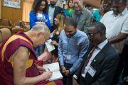 """Его Святейшество Далай-лама подписывает книги участникам программы """"Юные лидеры"""" Института мира США. Дхарамсала, Индия. 3 мая 2016 г. Фото: Тензин Чойджор (офис ЕСДЛ)"""