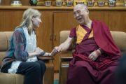 """Его Святейшество Далай-лама благодарит Нэнси Линдборг, президента Института мира США, по окончании встречи с участниками программы """"Юные лидеры"""". Дхарамсала, Индия. 3 мая 2016 г. Фото: Тензин Чойджор (офис ЕСДЛ)"""