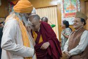 Его Святейшество Далай-лама шутливо приветствует одного из участников встречи с молодыми лидерами Института мира США. Дхарамсала, Индия. 3 мая 2016 г. Фото: Тензин Чойджор (офис ЕСДЛ)