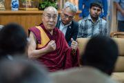 """Его Святейшество Далай-лама обращается с приветственной речью к участникам программы """"Юные лидеры"""" Института мира США. Дхарамсала, Индия. 3 мая 2016 г. Фото: Тензин Чойджор (офис ЕСДЛ)"""