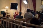 Его Святейшество Далай-лама отвечает на вопросы корреспондентов японской общественной телерадиокомпании «Эн-Эйч-Кей». Осака Япония. Фото: Тензин Чойджор (офис ЕСДЛ)