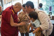 Покидая гостиницу в Нарите, Его Святейшество Далай-лама благословляет беременную женщину. Нарита, Япония. 9 мая 2016 г. Фото: Тензин Чойджор (офис ЕСДЛ)