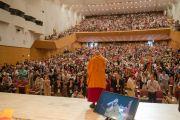 Его Святейшество Далай-лама приветствует аудиторию перед началом учений. Осака, Япония. 10 мая 2016 г. Фото: Тензин Чойджор (офис ЕСДЛ)