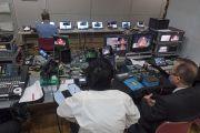 Комната, в которой работают специалисты, обеспечивающие аудио, видео и интернет трансляцию во время учений Его Святейшества Далай-ламы. Осака, Япония. 10 мая 2016 г. Фото: Тензин Чойджор (офис ЕСДЛ)