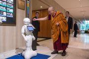 Его Святейшество Далай-лама рассматривает робота по пути на обед в первый день учений. Осака, Япония. 10 мая 2016 г. Фото: Тензин Чойджор (офис ЕСДЛ)