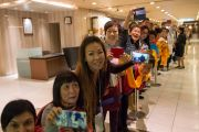 В ожидании Его Святейшества Далай-ламы у входа в зал, где будут проходить учения. Осака, Япония. 10 мая 2016 г. Фото: Тензин Чойджор (офис ЕСДЛ)