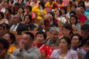 В зале на учениях Его Святейшества Далай-ламы. Осака, Япония. 10 мая 2016 г. Фото: Тензин Чойджор (офис ЕСДЛ)