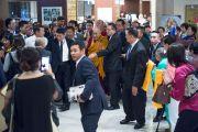 Его Святейшество Далай-лама направляется в Международный конференц-цент в Осаке в начале второго дня учений. Осака, Япония. 11 мая 2016 г. Фото: Тензин Чойджор (офис ЕСДЛ)