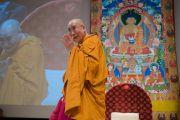 """Его Святейшество Далай-лама удаляется на обед в перерыве между сессиями второго дня учений по поэме Шантидевы """"Путь бодхисаттвы"""". Осака, Япония. 11 мая 2016 г. Фото: Тензин Чойджор (офис ЕСДЛ)"""
