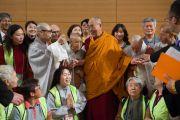 Его Святейшество Далай-лама с группой буддистов из Кореи, прибывших на учения. Осака, Япония. 12 мая 2016 г. Фото: Тензин Чойджор (офис ЕСДЛ)
