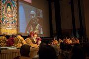 """Его Святейшество Далай-лама во время утренней сессии третьего дня учений по поэме Шантидевы """"Путь бодхисаттвы"""". Осака, Япония. 12 мая 2016 г. Фото: Тензин Чойджор (офис ЕСДЛ)"""