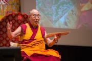 """Его Святейшество Далай-лама во время дневной сессии третьего дня учений по поэме Шантидевы """"Путь бодхисаттвы"""". Осака, Япония. 12 мая 2016 г. Фото: Тензин Чойджор (офис ЕСДЛ)"""
