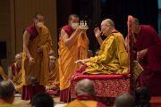 Монахи держат ритуальные предметы в то время, как Его Святейшество Далай-лама дарует разрешение на практику Манджушри. Осака, Япония. 13 мая 2016 г. Фото: Тензин Чойджор (офис ЕСДЛ)