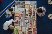 Участники учений по поэме Шантидевы «Путь бодхисаттвы» знакомятся с книгами Его Святейшества Далай-ламы, переведенными на японский язык. Осака, Япония. 13 мая 2016 г. Фото: Тензин Чойджор (офис ЕСДЛ)