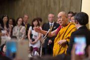 Его Святейшество Далай-лама дает наставления группе буддистов из Тайваня, прибывших на учения по поэме Шантидевы «Путь бодхисаттвы». Осака, Япония. 13 мая 2016 г. Фото: Тензин Чойджор (офис ЕСДЛ)