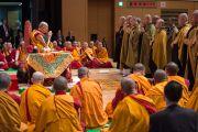 Японские монахи читают «Сутру сердца» в начале заключительного дня учений Его Святейшества Далай-ламы по поэме Шантидевы «Путь бодхисаттвы». Осака, Япония. 13 мая 2016 г. Фото: Тензин Чойджор (офис ЕСДЛ)