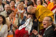 В завершение встречи Его Святейшество Далай-лама сфотографировался с буддистами из Тайваня, посетившими учения по поэме Шантидевы «Путь бодхисаттвы». Осака, Япония. 13 мая 2016 г. Фото: Тензин Чойджор (офис ЕСДЛ)