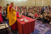 Встреча Его Святейшества Далай-ламы с группой буддистов из Тайваня, посетивших учения по поэме Шантидевы «Путь бодхисаттвы». Осака, Япония. 13 мая 2016 г. Фото: Тензин Чойджор (офис ЕСДЛ)