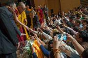 Его Святейшество Далай-лама пожимает руки участникам утренней сессии заключительного дня учений по поэме Шантидевы «Путь бодхисаттвы». Осака, Япония. 13 мая 2016 г. Фото: Тензин Чойджор (офис ЕСДЛ)