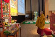 Его Святейшество Далай-лама молится у алтаря на сцене Международного конференц-центра Осаки, где состоялись его учения по поэме Шантидевы «Путь бодхисаттвы». Осака, Япония. 13 мая 2016 г. Фото: Тензин Чойджор (офис ЕСДЛ)
