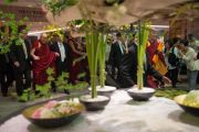Его Святейшество Далай-лама направляется на обед после утренней сессии заключительного дня учений по поэме Шантидевы «Путь бодхисаттвы». Осака, Япония. 13 мая 2016 г. Фото: Тензин Чойджор (офис ЕСДЛ)