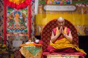 Его Святейшество Далай-лама проводит подготовительные ритуалы перед началом заключительного дня учений по поэме Шантидевы «Путь бодхисаттвы». Осака, Япония. 13 мая 2016 г. Фото: Тензин Чойджор (офис ЕСДЛ)