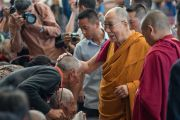 Его Святейшество Далай-лама приветствует верующих по дороге в главный тибетский храм, где прошла церемония освящения пилюль мани. Дхарамсала, Индия. 16 мая 2016 г. Фото: Тензин Чойджор (офис ЕСДЛ)