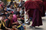 Верующих угощают молочным чаем в течение завершающей сессии молитвенного собрания по освящению пилюль мани в главном тибетском храме. Дхарамсала, Индия. 16 мая 2016 г. Фото: Тензин Чойджор (офис ЕСДЛ)