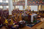 Его Святейшество Далай-лама принимает участие в заключительном дне молитвенного собрания по освящению пилюль мани в главном тибетском храме. Дхарамсала, Индия. 16 мая 2016 г. Фото: Тензин Чойджор (офис ЕСДЛ)