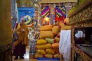 Его Святейшество Далай-лама осматривает пилюли мани, которые освящают во время молитвенного собрания в главном тибетском храме. Дхарамсала, Индия. 16 мая 2016 г. Фото: Тензин Чойджор (офис ЕСДЛ)
