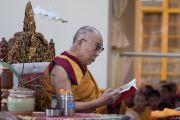 Его Святейшество Далай-лама во время заключительного дня молитвенного собрания по освящению пилюль мани в главном тибетском храме. Дхарамсала, Индия. 16 мая 2016 г. Фото: Тензин Чойджор (офис ЕСДЛ)