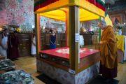 Его Святейшество Далай-лама рассматривает строящуюся песочную мандалу в храме Калачакры. Дхарамсала, Индия. 16 мая 2016 г. Фото: Тензин Чойджор (офис ЕСДЛ)