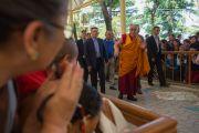 Его Святейшество Далай-лама прибывает в храм Тхекчен Чолинг. Дхарамсала, Индия. 16 мая 2016 г. Фото: Тензин Чойджор (офис ЕСДЛ)