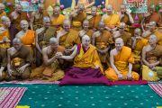 После совместного обеда Его Святейшество Далай-лама фотографируется с группой тайских монахов. Дхарамсала, Индия. 20 мая 2016 г. Фото: Тензин Чойджор (офис ЕСДЛ)