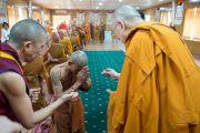 В завершение встречи Его Святейшество Далай-лама преподнес группе тайских монахов статуэтки Будды. Дхарамсала, Индия. 20 мая 2016 г. Фото: Тензин Чойджор (офис ЕСДЛ)