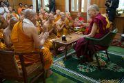 Его Святейшество Далай-лама принимает в своей резиденции группу тайских монахов и мирян, которые планируют совершить пешее паломничество в Лех, организованное «Благотворительным обществом Таиланда и Дхарамсалы». Дхарамсала, Индия. 20 мая 2016 г. Фото: Тензин Чойджор (офис ЕСДЛ)