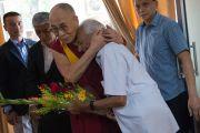 Его Святейшество Далай-лама обнимает Нима Таманга, редактора индийского журнала Samast Barat, во время торжественной церемонии по случаю первой годовщины со дня создания журнала. Дхарамсала, Индия. 20 мая 2016 г. Фото: Тензин Чойджор (офис ЕСДЛ)