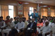 Участник встречи задает Его Святейшеству Далай-ламе вопрос во время торжественной церемонии по случаю первой годовщины со дня создания журнала Samast Barat. Дхарамсала, Индия. 20 мая 2016 г. Фото: Тензин Чойджор (офис ЕСДЛ)