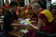 Его Святейшеству Далай-ламе преподносят в дар книги во время встречи с группой тайских монахов и мирян. Дхарамсала, Индия. 20 мая 2016 г. Фото: Тензин Чойджор (офис ЕСДЛ)