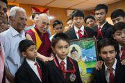 Его Святейшество Далай-лама с группой школьников, которым он вручил награды во время торжественной церемонии по случаю первой годовщины со дня создания журнала Samast Barat. Дхарамсала, Индия. 20 мая 2016 г. Фото: Тензин Чойджор (офис ЕСДЛ)
