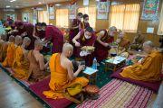 Обед Его Святейшества Далай-ламы с группой тайских монахов. Дхарамсала, Индия. 20 мая 2016 г. Фото: Тензин Чойджор (офис ЕСДЛ)