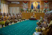 Его Святейшество Далай-лама обедает в своей резиденции с группой тайских монахов. Дхарамсала, Индия. 20 мая 2016 г. Фото: Тензин Чойджор (офис ЕСДЛ)