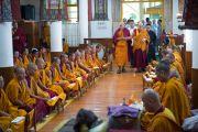 Его Святейшество Далай-лама прибывает в храм Калачакры на молебен по случаю праздника Весак – дня рождения, просветления и ухода в паринирвану Будды Шакьямуни. Дхарамсала, Индия. 21 мая 2016 г. Фото: Тензин Чойджор (офис ЕСДЛ)