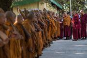 Его Святейшество Далай-лама приветствует группу тайских монахов перед тем, как направиться в главный тибетский храм на молебен по случаю праздника Весак – дня рождения, просветления и ухода в паринирвану Будды Шакьямуни. Дхарамсала, Индия. 21 мая 2016 г. Фото: Тензин Чойджор (офис ЕСДЛ)