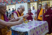 Его Святейшество Далай-лама возжигает лампаду в главном тибетском храме в честь праздника Весак – дня рождения, просветления и ухода в паринирвану Будды Шакьямуни. Дхарамсала, Индия. 21 мая 2016 г. Фото: Тензин Чойджор (офис ЕСДЛ)