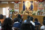 Его Святейшество Далай-лама беседует с группой из Вьетнама в конференц-зале своей резиденции во время второго дня встречи. Дхарамсала, Индия. 26 мая 2016 г. Фото: Тензин Чойджор (офис ЕСДЛ)