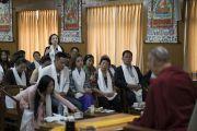 Одна из участниц задает вопрос Его Святейшеству Далай-ламе во время первого дня встречи с группой из Вьетнама. Дхарамсала, Индия. 25 мая 2016 г. Фото: Тензин Чойджор (офис ЕСДЛ)