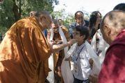 По прибытии в конференц-зал своей резиденции Его Святейшество Далай-лама приветствует мальчика, приехавшего в составе вьетнамской группы из 120 человек. Дхарамсала, Индия. 25 мая 2016 г. Фото: Тензин Чойджор (офис ЕСДЛ)